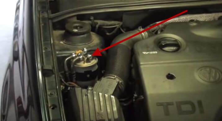 Расположение топливного фильтра Фольксваген Джетта (1999, TDI)