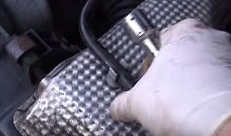 Откручиваем три болта защиты фильтра Мерседес Спринтер 311