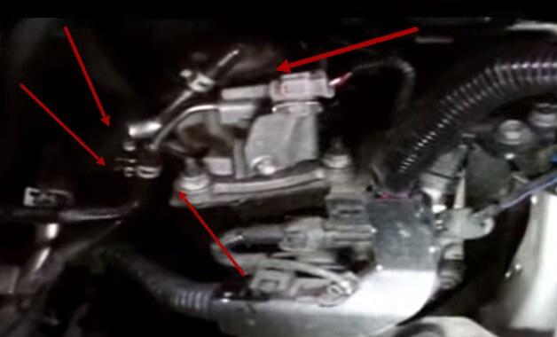 Ставим фильтр на место и подключаем шланги Тойота Авенсис