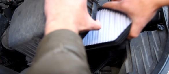 Извлекаем старый воздушный фильтр Киа Рио