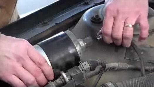 Откручиваем вторую топливную трубку Ауди А6 С4