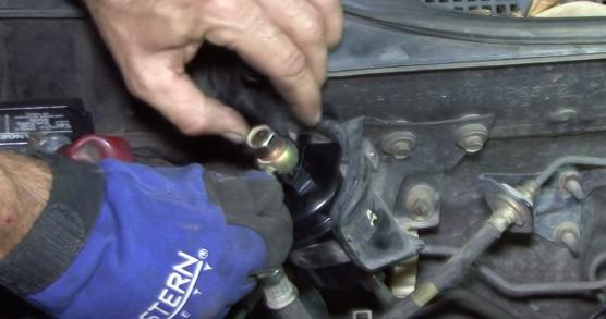 Закручиваем верхний болт топливного фильтра который крепит шлангу Хонда Цивик
