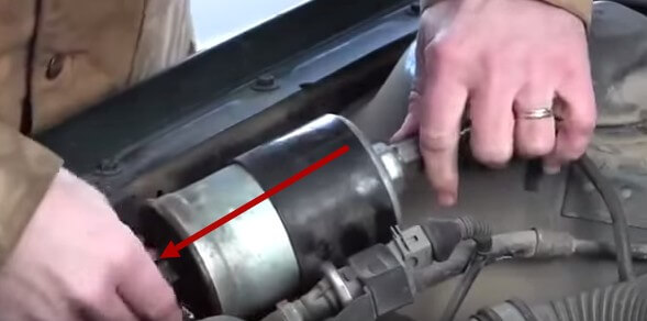 Извлекаем топливный фильтр из хомута Ауди А6 С4