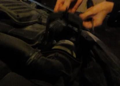 Откручиваем винт крепления фильтра Фольксваген Гольф 5