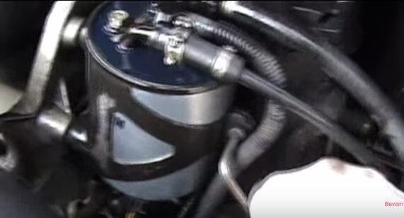 Вставляем фильтр в посадочное место Мерседес Спринтер 311