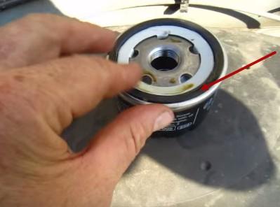 Смазываем уплотнительное кольцо фильтра маслом Рено Логан
