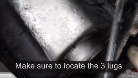 Устанавливаем крышку воздушного фильтра Мерседес Спринтер 311