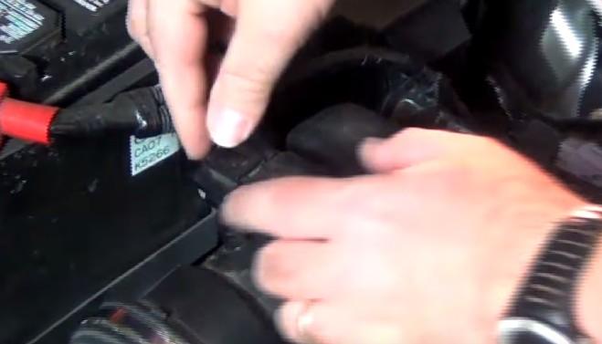 Открываем крышку воздушного фильтра Мазда 6