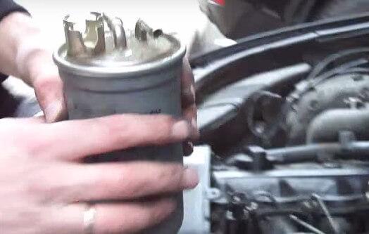 Извлекаем топливный фильтр Ауди А6 С5