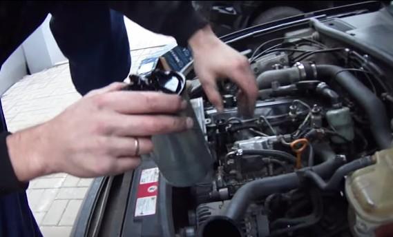 Ставим новый топливный фильтр и закрепляем хомутом Ауди А6 С5