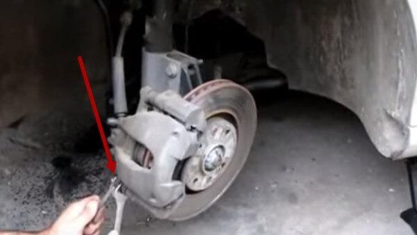 Выкручиваем нижний болт суппорта Пежо 308