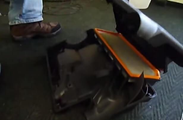 Откручиваем винты крепления фильтра на крышке двигателя Шкода Октавия А5 2.0