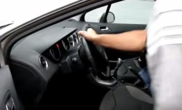 Выкручиваем руль вправо Пежо 308
