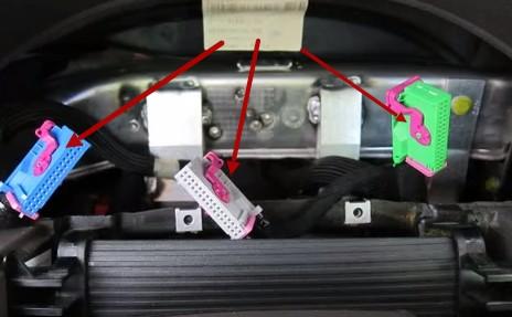 Отключаем три разъема на панели Ауди А6 С5