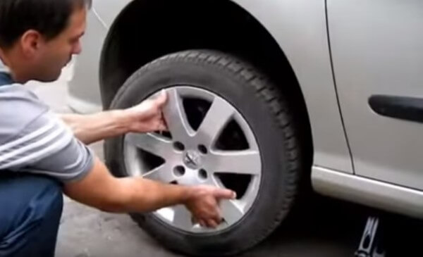 Снимаем колесо Пежо 308