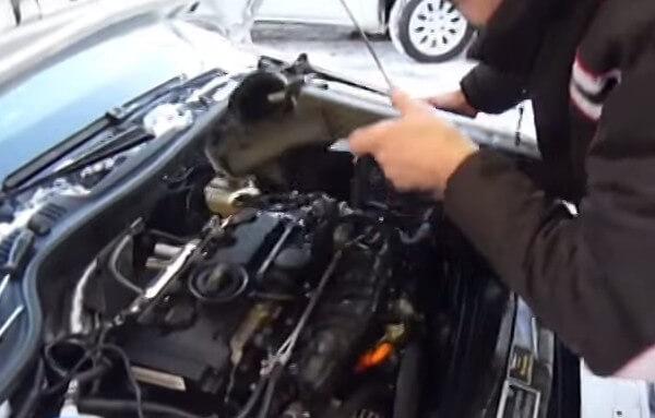 Снимаем крышку двигателя Шкода Октавия А5 2.0
