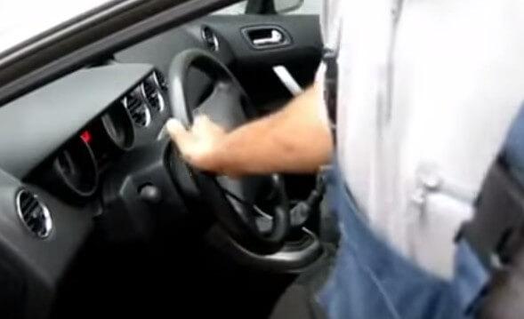 Ставим руль Пежо 308