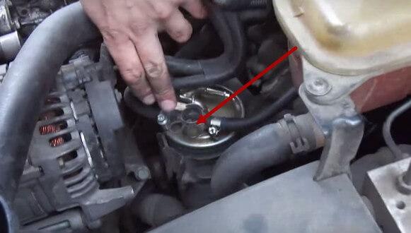 Снимаем стопорное кольцо клапана топливного фильтра Ауди А6 С5