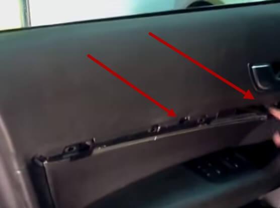 Откручиваем винты которые крепят обшивку двери Ауди А6