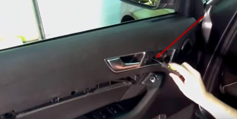 Снимаем крышку динамика двери Ауди А6