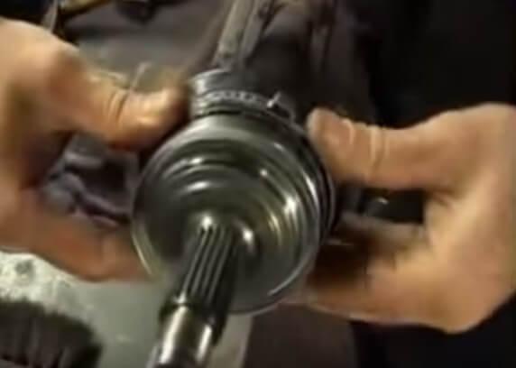 Устанавливаем пыльник привода Ваз 2109