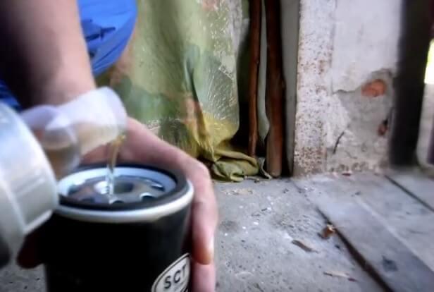 Заливаем масло в фильтр Ауди 80