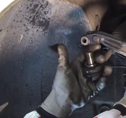 Извлекаем палец рулевого наконечника Ауди А5 Б5