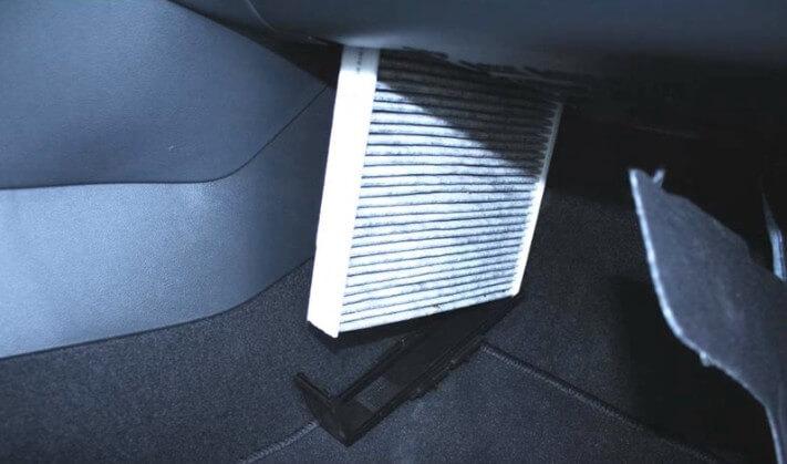 Вынимаем салонный фильтр Шкода Рапид