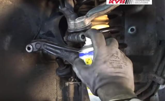 Закрепляем шарниры передних рычагов Ауди А4 Б5