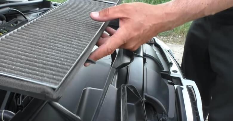 Извлекаем фильтрующий элемент салонного фильтра БМВ Е90