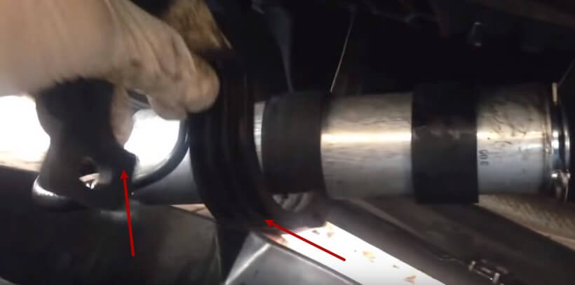 Крепим фильтр к кузову БМВ Х5 Е70