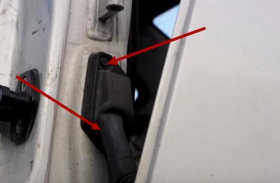 Откручиваем винты крепления дверного разъема БМВ Е34