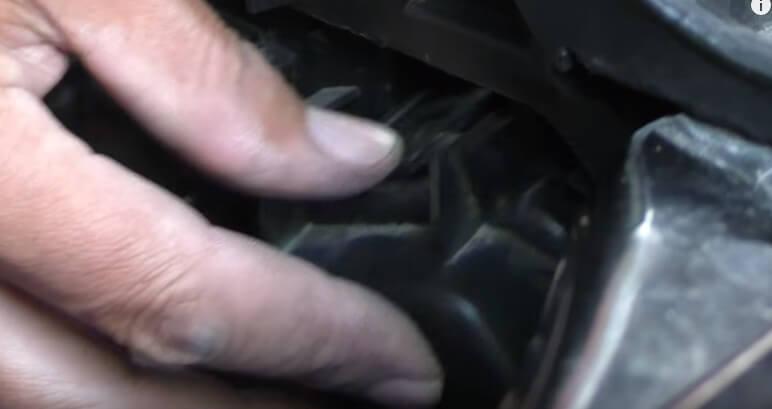 Устанавливаем крышку фары БМВ Х3