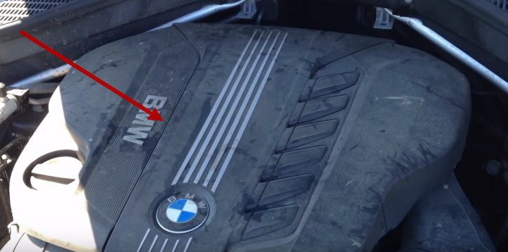 Снимаем декоративную крышку мотора БМВ Е70