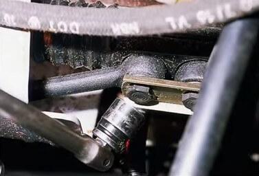 Откручиваем крепление рулевой тяги Ваз 2110