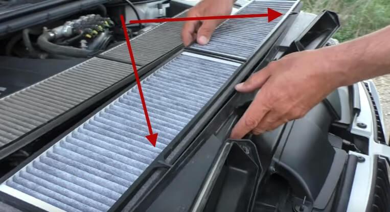 Устанавливаем новый фильтрующий элемент салонного фильтра БМВ Е90