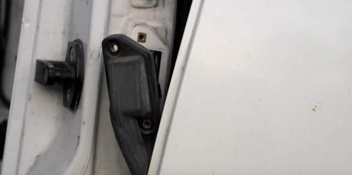 Извлекаем дверной разъем БМВ Е34