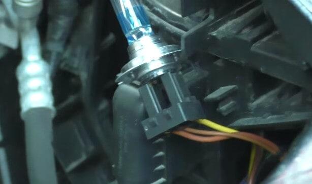 Устанавливаем новую лампу в плафон БМВ Х3