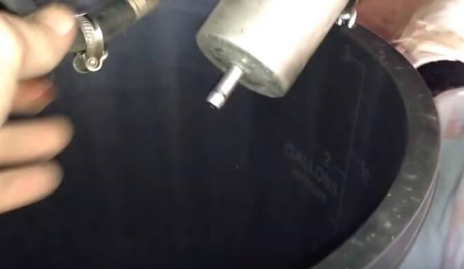Снимаем топливную шлангу фильтра БМВ Х5 е70