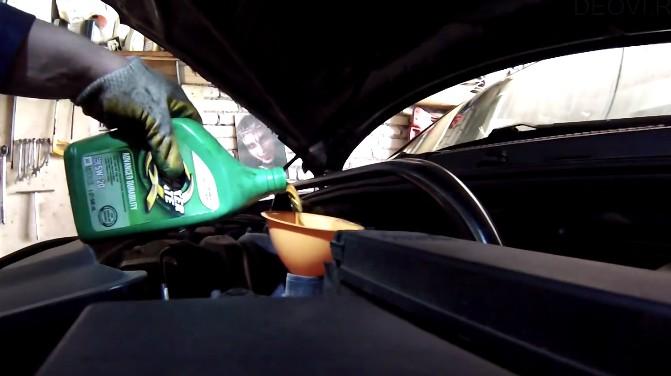Заливаем масло в мотор Джип Гранд Чероки