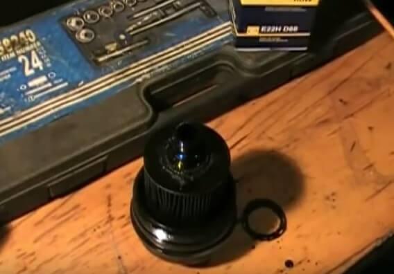 Снимаем масляный фильтр с крышки фильтра Опель Астра