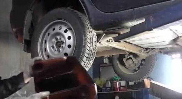 Посудина для слива бензина при замене фильтра Лада Калина