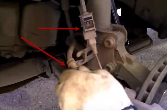 Выводим тормозной шланг и отключаем клемму датчика АБС Опель Астра Н
