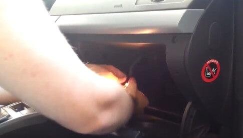 Снимаем плафон освещения Опель Астра Н