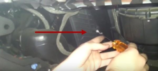 Откручиваем крепления крышки фильтра Опель Астра Н