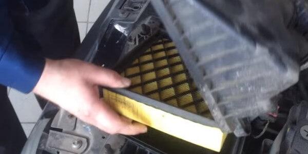 Извлекаем воздушный фильтр Лада Калина
