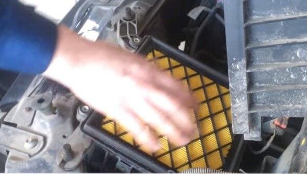 Устанавливаем воздушный фильтр Лада Калина