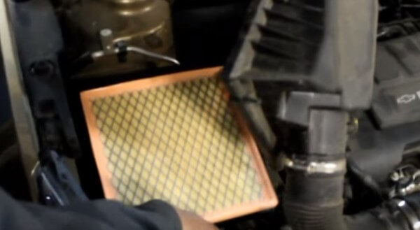 Устанавливаем воздушный фильтр Шевроле Авео