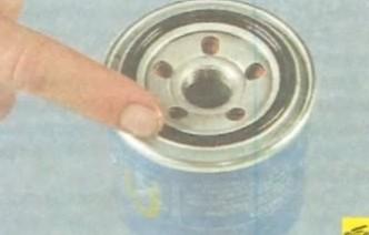 Устанавливаем масляный фильтр Киа Сид