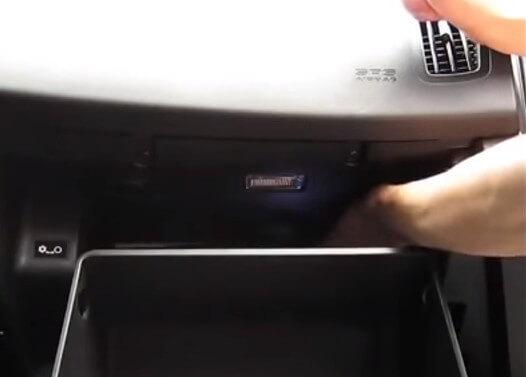 Снимаем крышку салонного фильтра Киа Сид